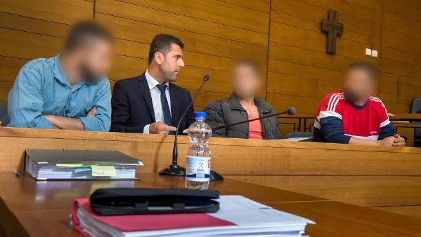 die-angeklagten-werden-beschuldigt-fuer-den-tod-von-mindestens-13-fluechtlingen-verantwortlich-zu-sein-